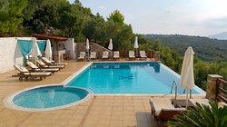 La piscina infinity, utilizzabile anche di sera