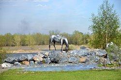 Памятник Лошадь белая