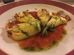 fiori di zucca farciti con ricotta coulis di pomodoro e salsa di basilico