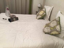 Chambre nickel  avec petite kitchenette (couvert assiette verre et meme ouvre boite! )   Piscine