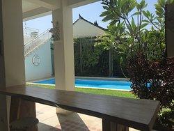 Hall de entrada, piscina, comedor y habitaciones