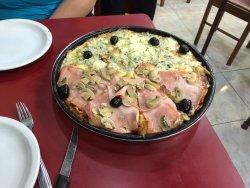 Ótima Pizza !!! Lembra muito a massa PAN das Pizza Hut do BR.  A pizza é muito gostosa e o custo