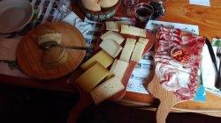 tagliere di salumi e formaggi al Rifugio Crocedomini