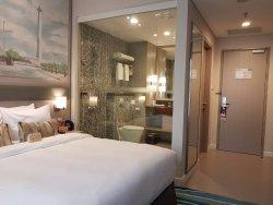 Kamar mandinya unik dengan dinding kaca tembus pandang... bikin suasana romantis!