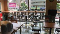 フロント前のテーブルと椅子。ここで、朝食をとる。