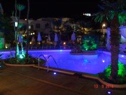 Νυχτερινή λήψη της πισίνας από το δωμάτιο