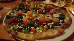 veggie pesto pizza