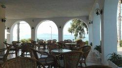 terrasse rez-de-chaussée (vue sur piscine et mer)