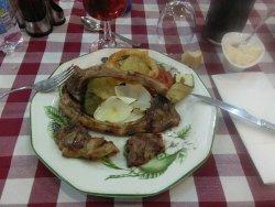 Cordero a la brasa con guarnición variada, pimiento, aros de cebolla rebozada, berenjena, tomate