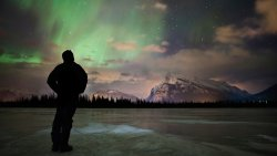 Sightseeing northern lights at Vermilion Lakes