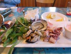 下图分别是海鲜、意大利面(小孩)、纯蔬菜。天啊,我在澳洲这顿算是最难吃得了!海鲜不新鲜,意大利面过于酸,蔬菜味道偏苦!不用怀疑,中国人绝对会觉得很难吃!