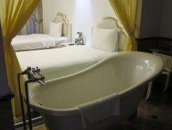 Baño y habitación separados por un cristal