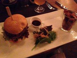 Hamburger di alce con pancetta, salsa BBQ, insalata e chips di verdure