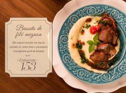 Brassato de filé mignon envolto no bacon, cozido no vinho tinto e pomodoro. Acompanha purê de ba