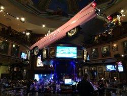 Famoso carro rosa-choque pendurado sob o bar