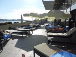 Het zonneterras naast het zwembad