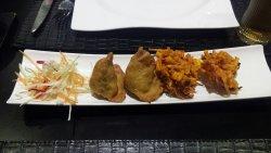Entrante de menu degustacion tempura de verduras y empanadillas.