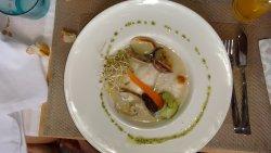 Merluza con salsa de puerros y almejas