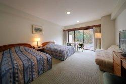 【本館・スタンダードツイン】 当館の標準的な洋室です。ご夫婦やカップルなど、2名様でのご利用が可能。シモンズのベッドで旅の疲れをいやして下さい。