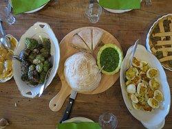 Een deel van het resultaat van de kookworkshop wordt op tafel klaargezet.