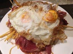 huevos fritos con patatas paja