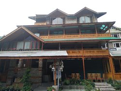 outside of  Johnson Lodge, Manali