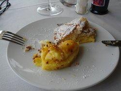 Dessert all'ananas caramellato e torta con crema calda