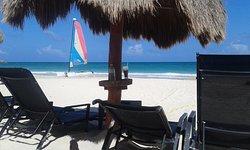 vista das cadeiras na praia