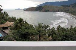 Vista do quarto - praia e montanhas. Acordar e olhar para esta paisagem é muito gratificante.