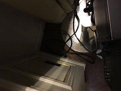 por alguma razão a tv do meu quarto foi desligada da tomada...
