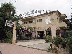 Dejlig skyggefuld terrasse og gårdhave. Store restaurant indendøre.