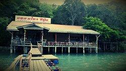 ร้านอาหารสบายติดทะเล อาหารทะเลสดๆ ได้อารมพักผ่อนจริงๆ