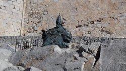 Monumento al Papa Luna