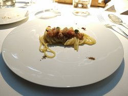 Spaghetto con succo di cannocchie, gambero rosso marinato al galanga