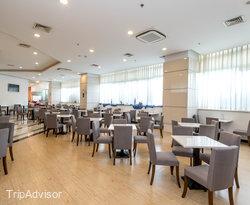 Breakfast Area at the Holiday Inn Express Zhabei Shanghai