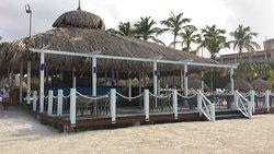 Beach-Restaurant ( man kriegt Burger und Pommes tagsüber )