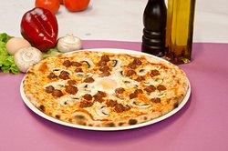 pizza merguez avec un œuf au milieu, merguez authentique, champignons frais et de l'ail.
