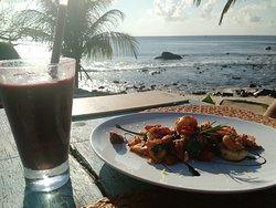 Frozen de frutas vermelhas e frutos do mar grelhados.