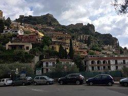 vista da rua bem próxima ao hotel, tudo sempre bem ingrime em Taormina.
