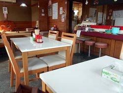 着席したテーブル席&隣のテーブル席