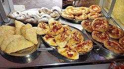 panzerotti fritti, al forno,pizze e cornetti