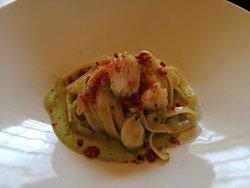 fettuccine con baccalà su crema di broccoli e pane grattato al pomodoro