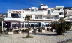 Hotelansicht mit Restaurantterasse vom Strand aus gesehen