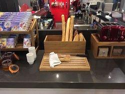 Pães artesanais com casca cortante e macio por dentro (excelente)