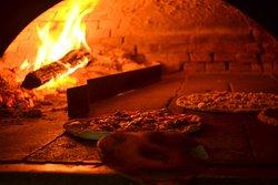 La nostra pizza è cotta con il tradizionale forno a legna