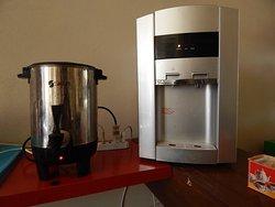 Cafetera y hervidor de agua en el comedor