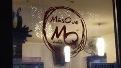 Logo del locale sulla vetrata