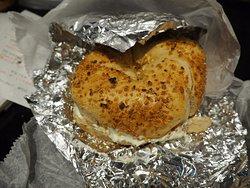 Onion Bagel mit Cheddar und Bacon
