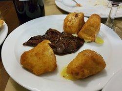 Queso frito con cebolla caramelizada a la miel