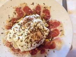 Huevos fritos con ibérico y trufa sobre lecho de patatas : Sublimes
